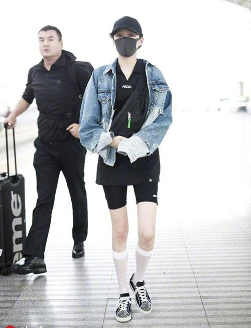 Quan Hiểu Đồng phối áo khoác denim pha màu độc đáocùng mốt quần biker shorts theo phong cách cool ngầu.