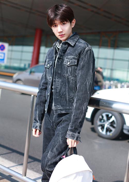 ... và Vương Nguyên (TF Boys) đồng loạt mặc áo denim bạc màu bụi bặm ra sân bay.