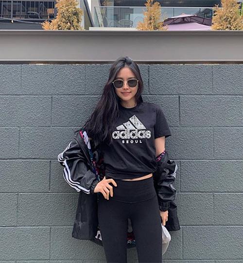 Na Eun ưa chuộng những cây đồ sporty nên sắm rất nhiều áo khoác gió trong tủ đồ.