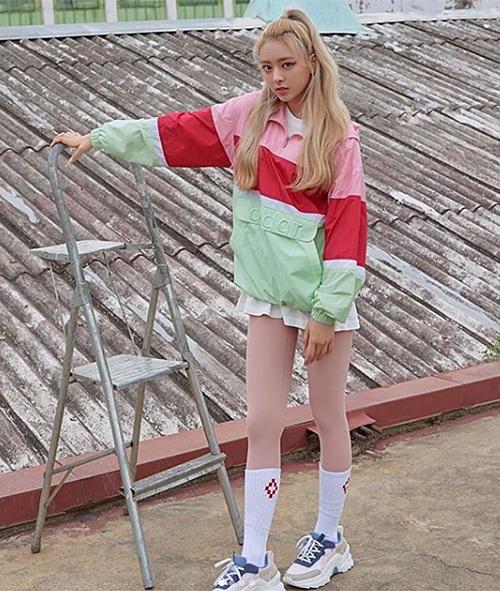 Yuna (ITZY) trẻ trung với áo chất dù pha nhiều màu sắc. Không chỉ mang đến sự trẻ trung, kiểu áo này còn có những ưu điểm như chống lạnh, chống thấm nước tốt, giặt nhanh khô.