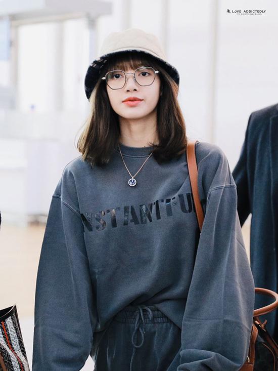 Ngày 30/10, Lisa lên đường sang Thái dự sự kiện. Thành viên Black Pink diện cả cây đồ thể thao khỏe khoắn. Mỹ nhân nhà YG luôn trở thành tâm điểm mỗi khi xuất hiện, phủ sóng các trang báo xứ Hàn.