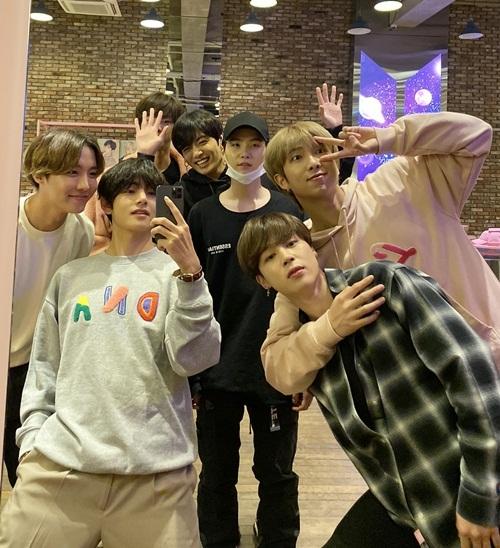 BTS luôn vui vẻ khi ở bên nhau.