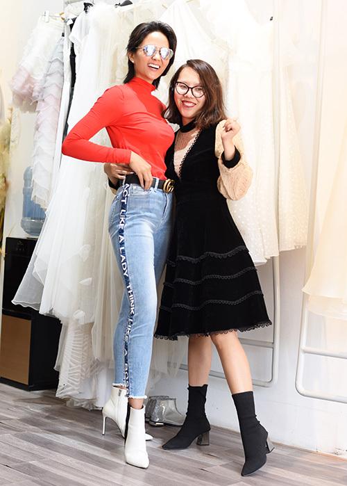 Vào tối 30/10, tức ngày thứ 2 của Tuần lễ thời trang quốc tế Việt Nam 2019, Hoa hậu HHen Niê sẽ tham gia show của NTK Thảo Nguyễn. Cô là chân dài duy nhất sẽ trình diễn cùng dàn mẫu nhí và các em nhỏ.