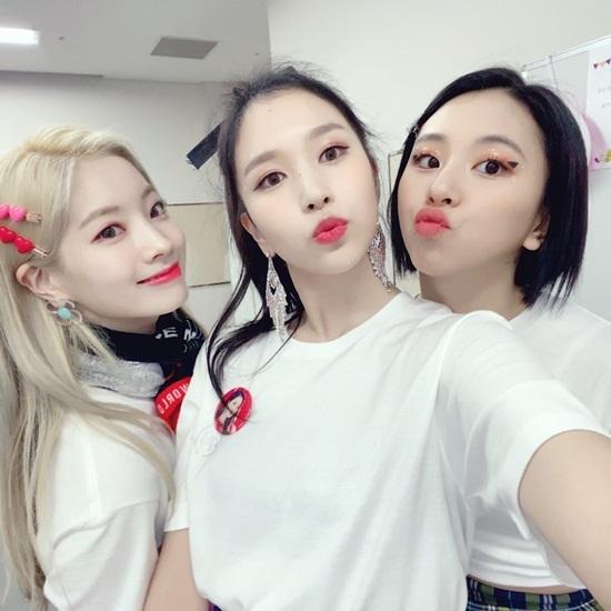 Mina (giữa) đang dần vui tươi trở lại sau thời gian điều trị bệnh. Cô nàng chu môi đáng yêu bên Da Hyun và Chae Young.