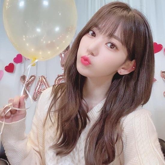 Sakura đốn tim fan bằng vẻ đẹp trong veo trong buổi kỷ niệm một năm debut của IZONE.