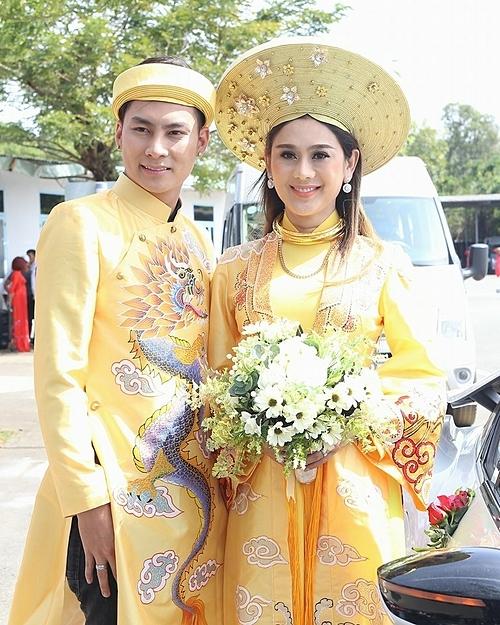 Lâm Khánh Chi tên thật là Huỳnh Phương Khanh, sinh năm 1977 tại TP HCM. Năm 2012, Khánh Chi thừa nhận chuyển đổi giới tính. Tháng 1/2018, cô kết hôn cùng TrầnPhi Hùng, sinh năm 1985, quê gốc Nam Định và kinh doanh tại TP HCM.