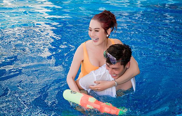 Cặp đôi thi thoảng dành thời gian đi du lịch, nghỉ dưỡng cùng nhau. Trên trang cá nhân của hai vợ chồng tràn ngập khoảnh khắc hạnh phúc.