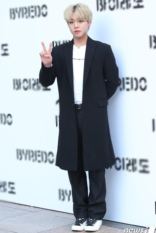 Park Ji Hoon cũng có mặt tại sự kiện. Cựu thành viên Wanna One xuất hiện với diện mạo chỉn chu, nhuộm tóc vàng nổi bật.