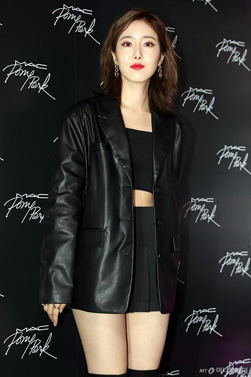 SinB (Gfriend) diện áo khoác da dáng oversize kết hợp cùng áo croptop và chân váy tennis đen tạo nên set đồ vừa mạnh mẽ lại nữ tính
