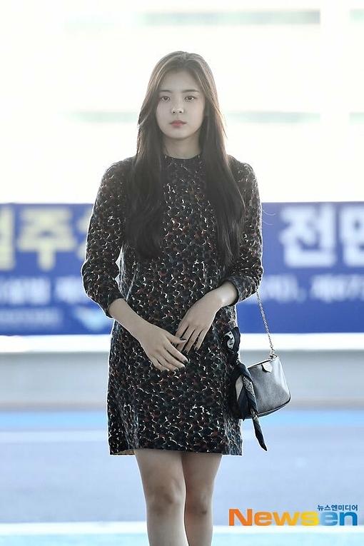 Lia mặc bộ váy khá già dặn, nhận nhiều ý kiến tranh cãi về thân hình tăng cân.