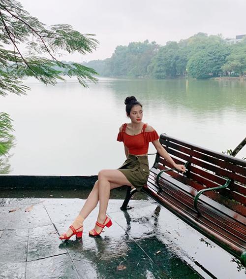 Giữa thời tiết mưa rét của Hà Nội, Phương Trinh Jolie vẫn vô tư diện áo trễ vai, váy ngắn gợi cảm.