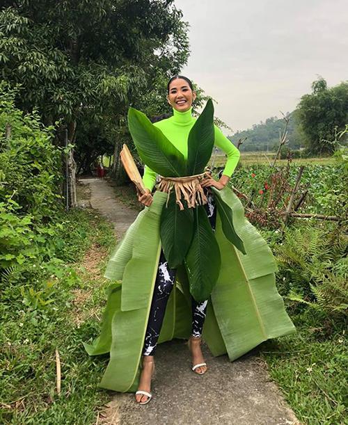 Hoàng Thùy nghịch ngợm kết lá chuối thành váy trong chuyến về quê.