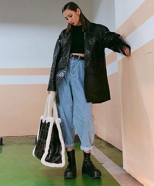 Áo khoác với hiệu ứng da cá sấu của Tibi được Sunmi mặc cực ngầu khi kết hợp với quần jeans, boots đế platform và túi tote da viền lông độc đáo.