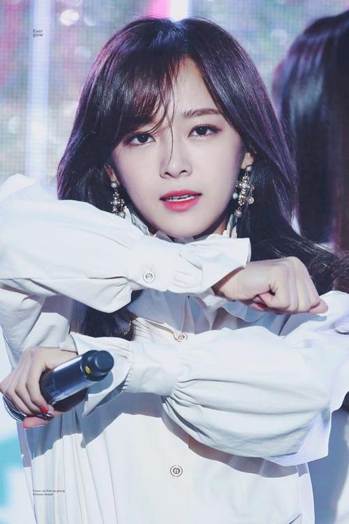 Kim Sejeong của gugudan có tiềm năng lớn để trở thành Suzy tiếp theo. Kể từ khi tham gia chương trình Produce 101 đầu tiên, Sejeong tiếp tục nổi tiếng. Khi cô ấy ra mắt với tên I.O.I và gugudan, cô ấy đã xuất hiện trên các chương trình truyền hình khác nhau, nơi cô ấy đã thể hiện con người thật của mình khiến người hâm mộ phải lòng nhân cách đáng yêu của Sejeong. Sejeong đảm nhận vai trò lãnh đạo trong School 2017 và I Wanna Hear Your Song, và đã chứng minh rằng tiềm năng của cô ấy không giới hạn ở việc trở thành thành viên nhóm nhạc nữ. Với nhiều thỏa thuận thương mại, Sejeong chắc chắn là một trong những người chạy mạnh nhất để trở thành Suzy thế hệ tiếp theo.