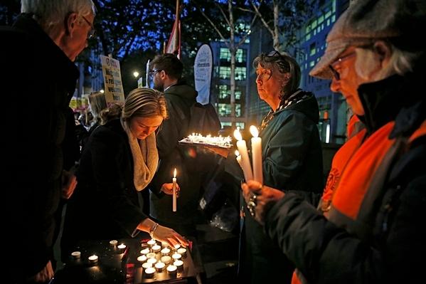 Người Anh cầu nguyện cho các nạn nhân xấu số.