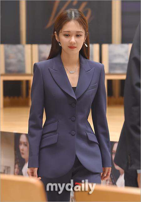 Jang Nara có tạo hình quý cô công sở cuốn hút trong phim VIP.