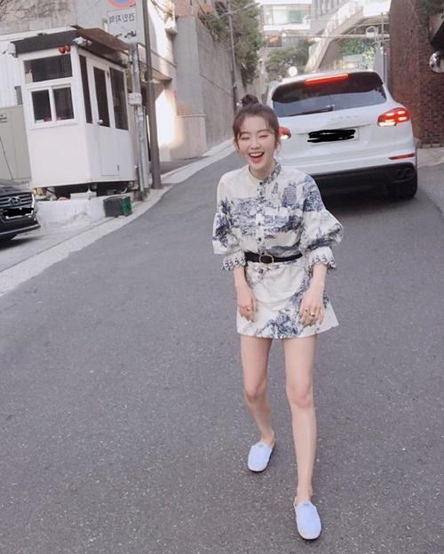 Irene khoe vóc dáng nhỏ nhắn, chân thon với kiểu cười không thấy mặt trời.