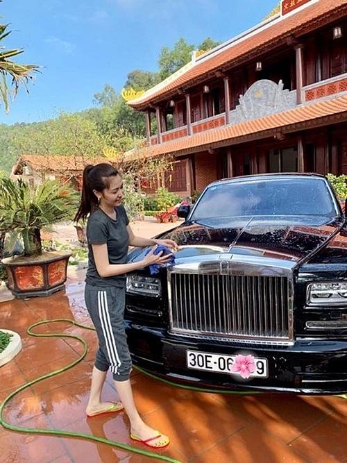 Ngọc Duyên mặc giản dị, đi dép xỏ ngón, giúp chồng rửa xe 70 tỷ đồng trong thời gian nghỉ Tết Nguyên Đán 2019 ở quê chồng Thanh Hóa.