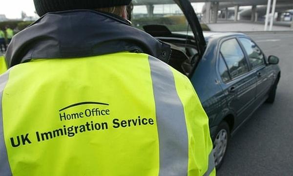 Một nhân viên hải quan kiểm tra các phương tiện di chuyển qua khu vực Calais, Pháp. Ảnh: Gareth Fuller / PA.