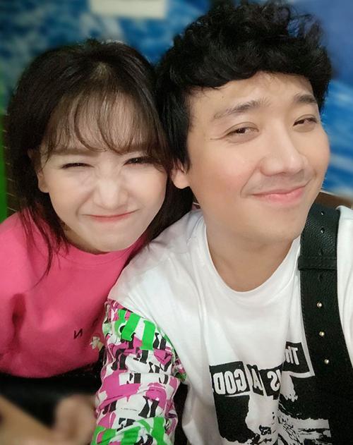Vợ chồng Trấn Thành - Hari Won pose hình nhắng nhít khi đi ăn tối.