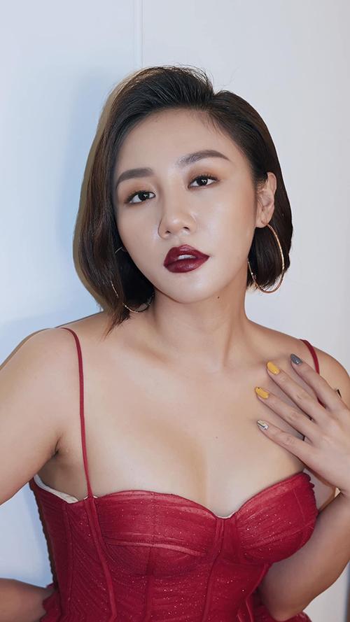 Văn Mai Hương khoe vẻ đẹp sắc sảo, gợi cảmcủa đàn bà đúng nghĩa.