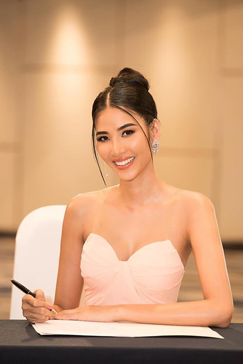 Hoàng Thùy rạng rỡ khi đồng hành cùng các hoạt động của Hoa hậu Hoàn vũ Việt Nam 2019.