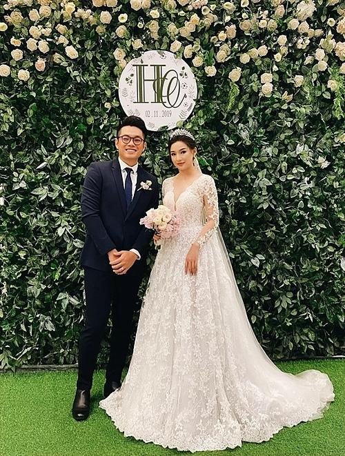 Cặp đôi rạng rỡ trong ngày cưới.