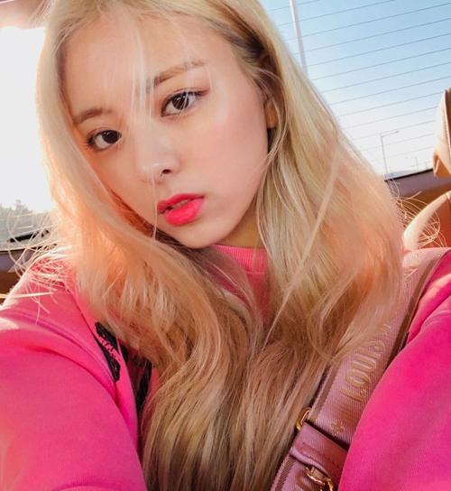Thành viên ITZY thông minh khi chọn lối trang điểm môi hồng tông xuyệt tông, tôn lên làn da trắng và giúp cô nàng càng thêm giống Barbie.