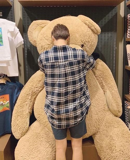 Kai ôm chặt chú gấu bông khổng lồ như đứa trẻ không nỡ rời món đồ chơi mình thích.