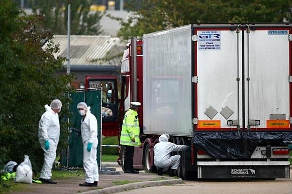 Pháp y và cảnh sát được nhìn thấy tại hiện trường container chở 39 thi thể tại khu công nghiệp ở Essex.