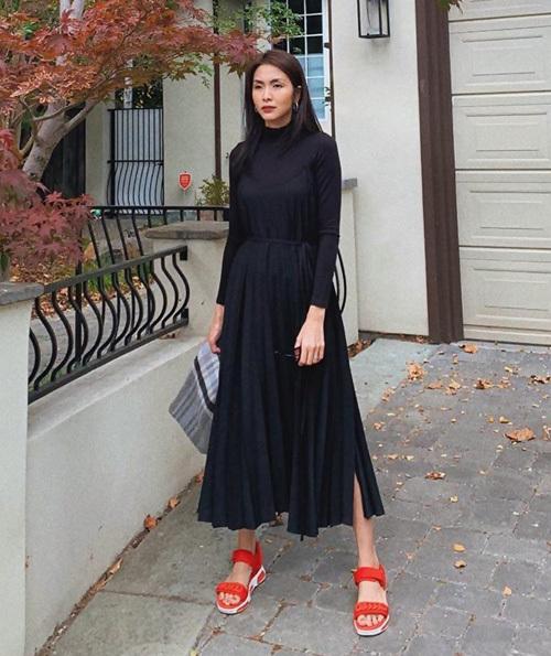 Diện cả cây đen, Hà Tăng đi sandals màu cam làm điểm nhấn trẻ trung.