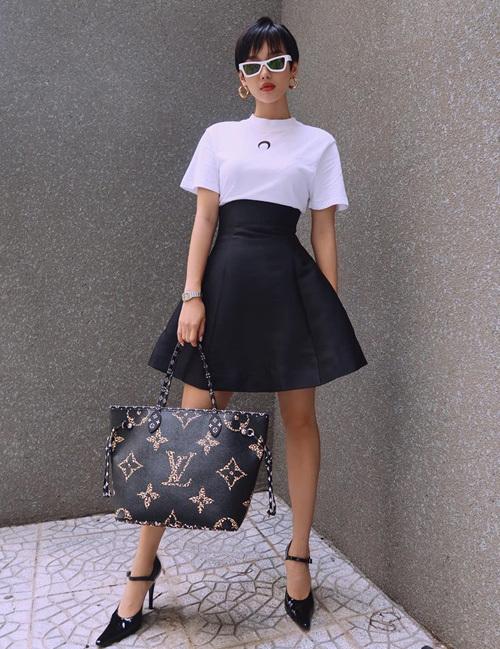 Chỉ với hai tông màu đen - trắng, Khánh Linh trông vẫn đầy nổi bật. Điểm nhấn trên trang phục của cô nàng là chiếc túi tote của Louis Vuitton.