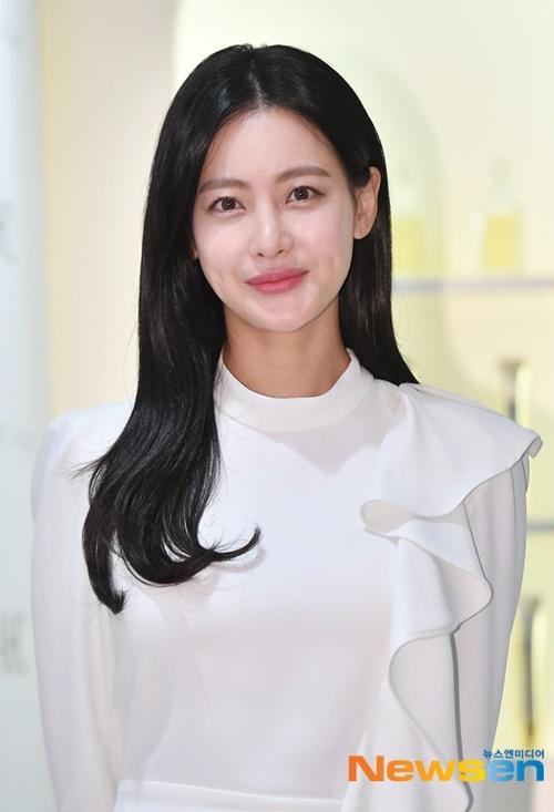 Oh Yeon Seo sở hữu má lúm ngọt ngào. Thời gian qua, nữ diễn viên bị nghi ngờ là người thứ 3 khiến Ahn Jae Hyun và Goo Hye Sun ly hôn. Yeon Seo đã lên tiếng phủ nhận tin đồn và đòi kiện người tung tin không đúng sự thật.