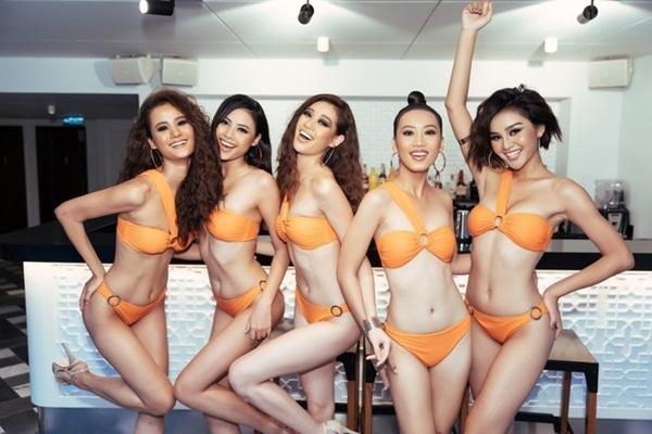 Hương Ly (bìa trái) là một trong 10 thí sinh có điểm tích lũy cao nhất. Quán quân Vietnams Next Top Model 2015cao 1,76 m. Cô nặng 64 kg, số đo ba vòng là 82-60-92 cm.