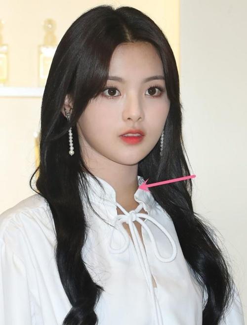 Trong bức ảnh chưa chỉnh sửa, Dương Siêu Việt lộ lỗi trang điểm loang lổ, phần cổ và mặt không đều màu.