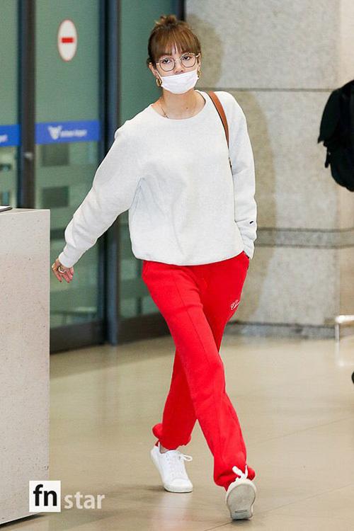 Chiều 4/11, Lisa đáp xuống sân bay Hàn Quốc. Em út Black Pink đã thay sang trang phục mùa đông, đeo khẩu trang che vẻ mệt mổi.