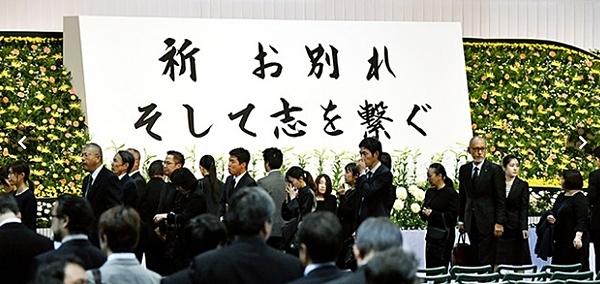 Người hoạt động trong ngành công nghiệp hoạt hình cùng người dân đến tham dự tưởng niệm nạn nhân. Ảnh: NHK.
