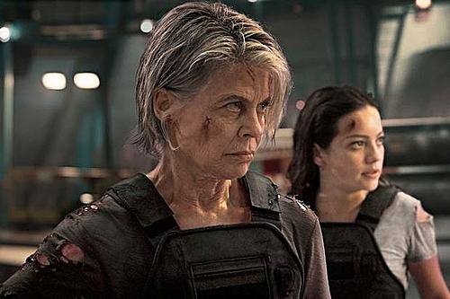 Linda Hamilton lộ rõ dấu hiệu tuổi tác trong phần trở lại này. Lần cuối cùng Linda xuất hiệntrong Kẻ hủy diệt là năm 1991 khi vẫn còn là một cô gái quyến rũ.
