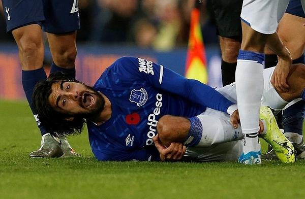 Tiền vệ Andre Gomes ôm cổ chân bị chấn thương trong đau đớn.