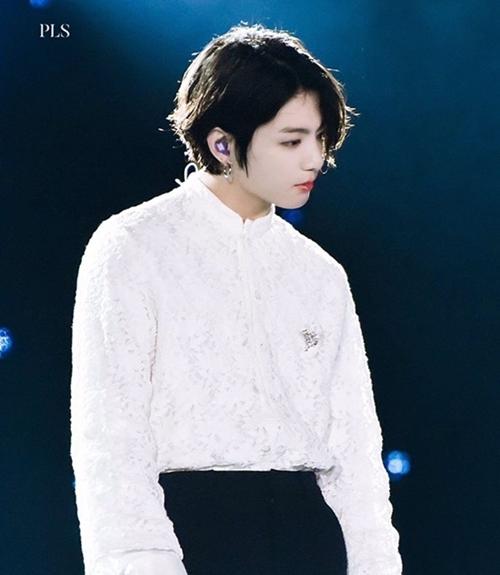 Jung Kook bị chê để tóc dài như con gái.