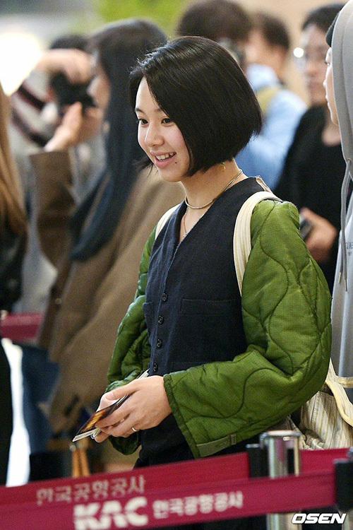 Em út Chae Young tươi cười khi xuất hiện, cô nàng luôn tự tin khi để mặt mộc.