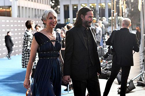 Cặp đôi nắm chặt tay nhau không rời khi xuất hiện tại sự kiện (Ảnh: People).