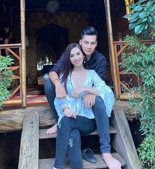 Lâm Khánh Chi và ông xã tình tứ trong chuyến du lịch.