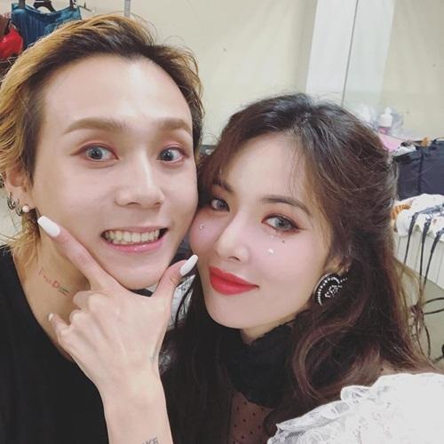 Hyuna và bạn trai Dawn tình tứ trong hậu trường. Cả hai ra mắt nhạc phẩm solo cùng ngày và biểu diễn chung sân khấu với nụ cười không ngớt trên môi.