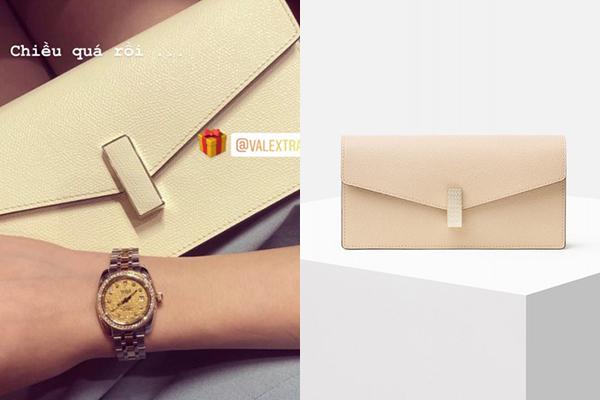 Cũng trong dịp này, hot girl Hà thành còn khoe được bạn trai tặng một chiếc túi của thương hiệu Valextra, dòngISIDE CLUTCH GUILLOCHÈ