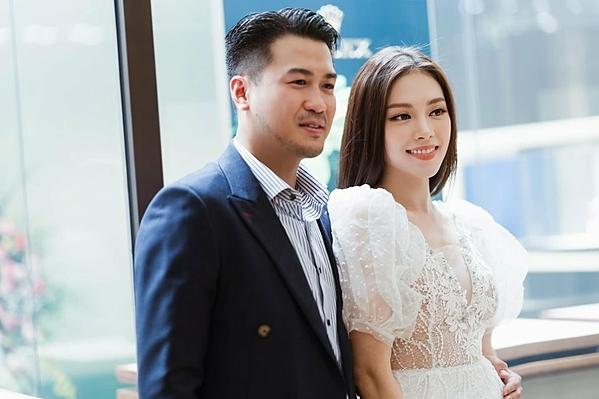 Phillip Nguyễn sinh năm 1986, là con trai doanh nhân Johnathan Hạnh Nguyễn, em trai Louis Nguyễn và là em chồng Hà Tăng.