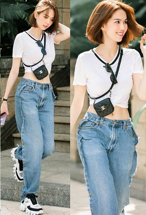 Đi kèm là bộ sưu tập quần jeans, túi xách hàng hiệu đồ sộ, giúp cô thêm cá tính mỗi lần ra sân bay.