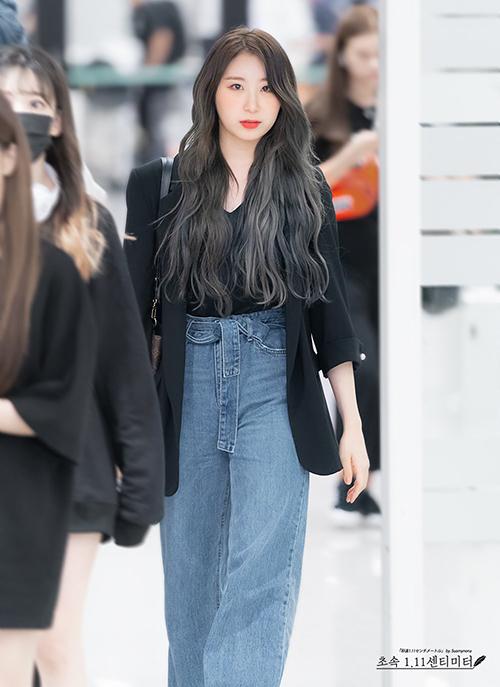 Chae Yeon sinh năm 2000 là chị lớn. Cô nàng yêu thích những item basic, thoải mái nhưng vẫn thời thượng. Áo blazer và quần jeans suông hợp trend được mix hài hòa.