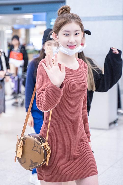 Những mẫu váy len là item tủ cô nàng, váy màu đỏ nâu giúp tôn lên làn da trắng sáng của Chae Ryeong.