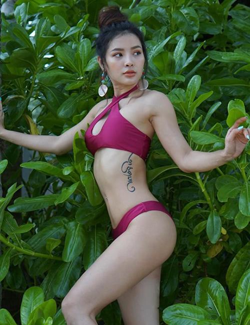 Phương Trinh Jolie khoe hình xăm bên sườn với bộ bikini gợi cảm.